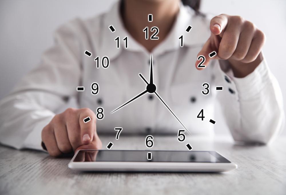 Vrouw die met tablet haar uren richt