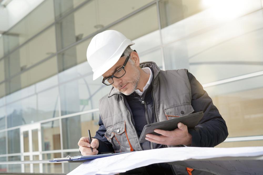 Chef d'équipe remplit le rapport de chantier
